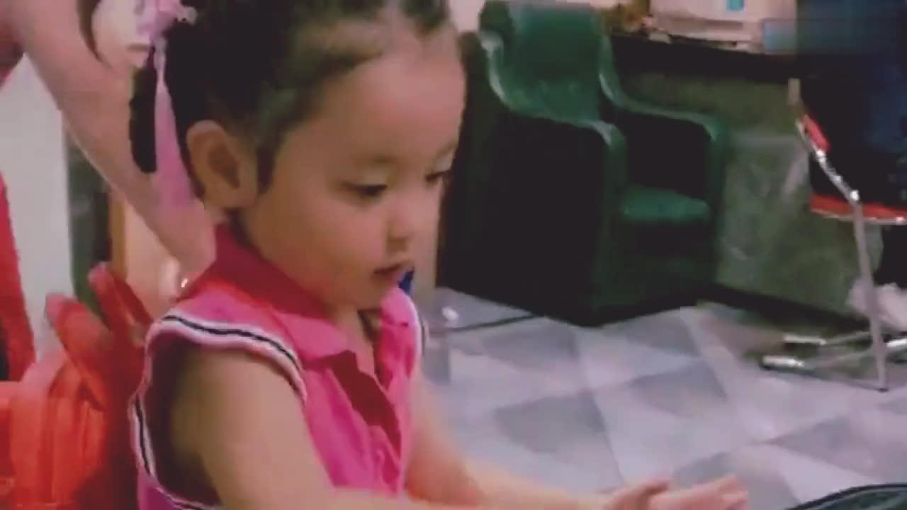 小女孩在玩游戏呢真的好可爱呀