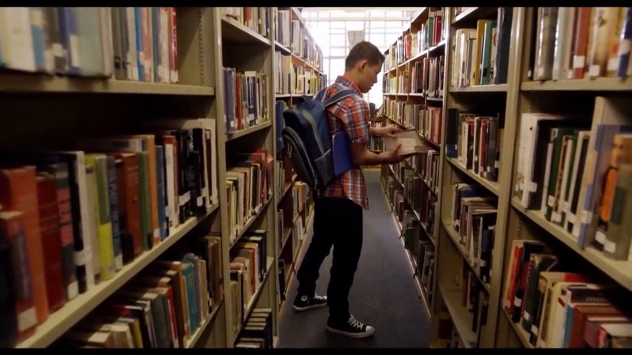 新来的转校生在图书馆找书,遇到一个同样的转校生