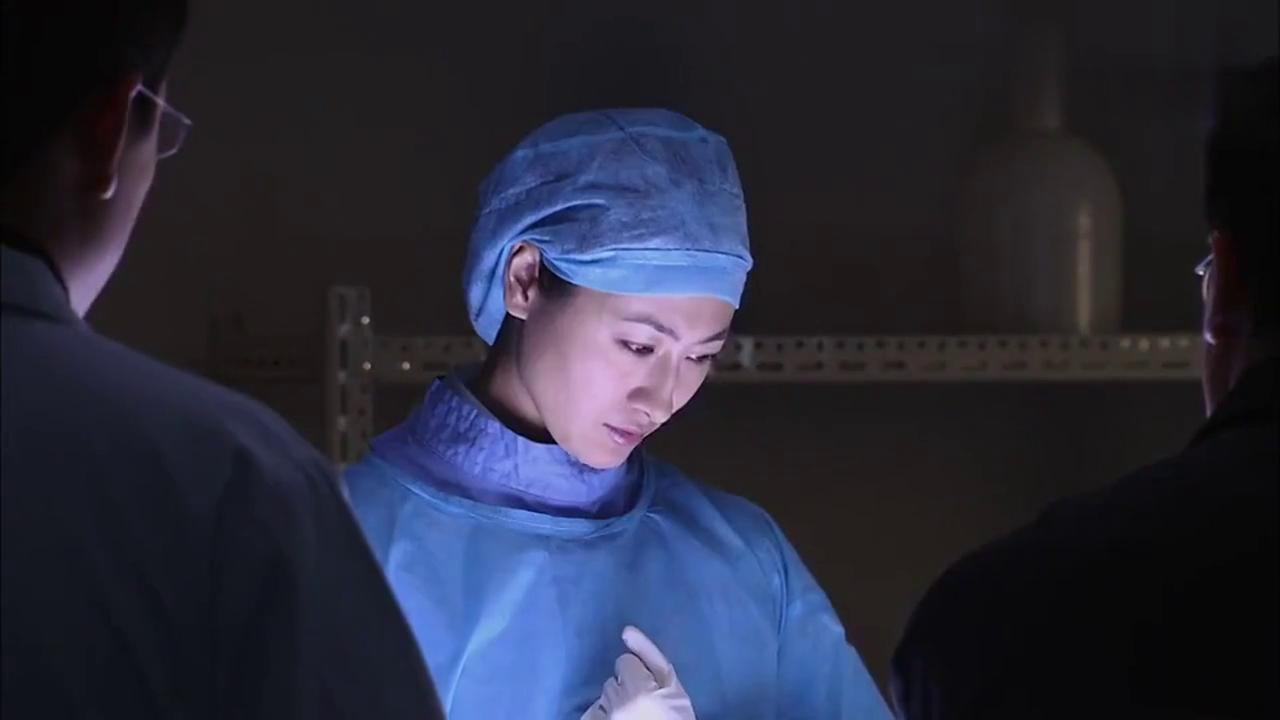 法医含泪解剖女同学尸体,心理压力大,连队长问话都听不进去