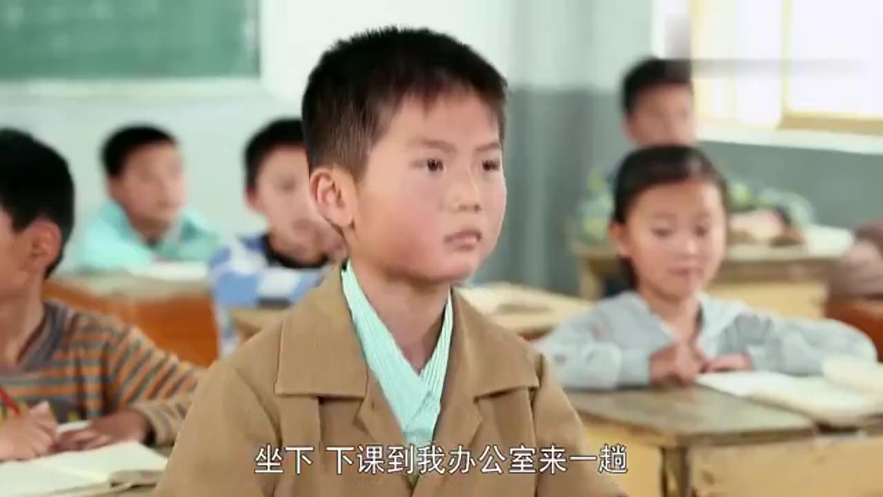 小浩背诵弟子规得到老师的夸奖,同桌却惨了,没有对比就没有伤害
