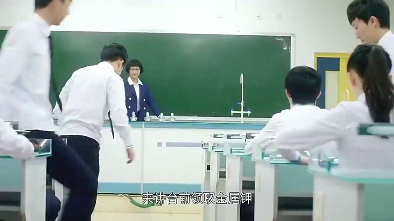 常安因电量过低,上课时竟启动节能模式,被同学嘲笑