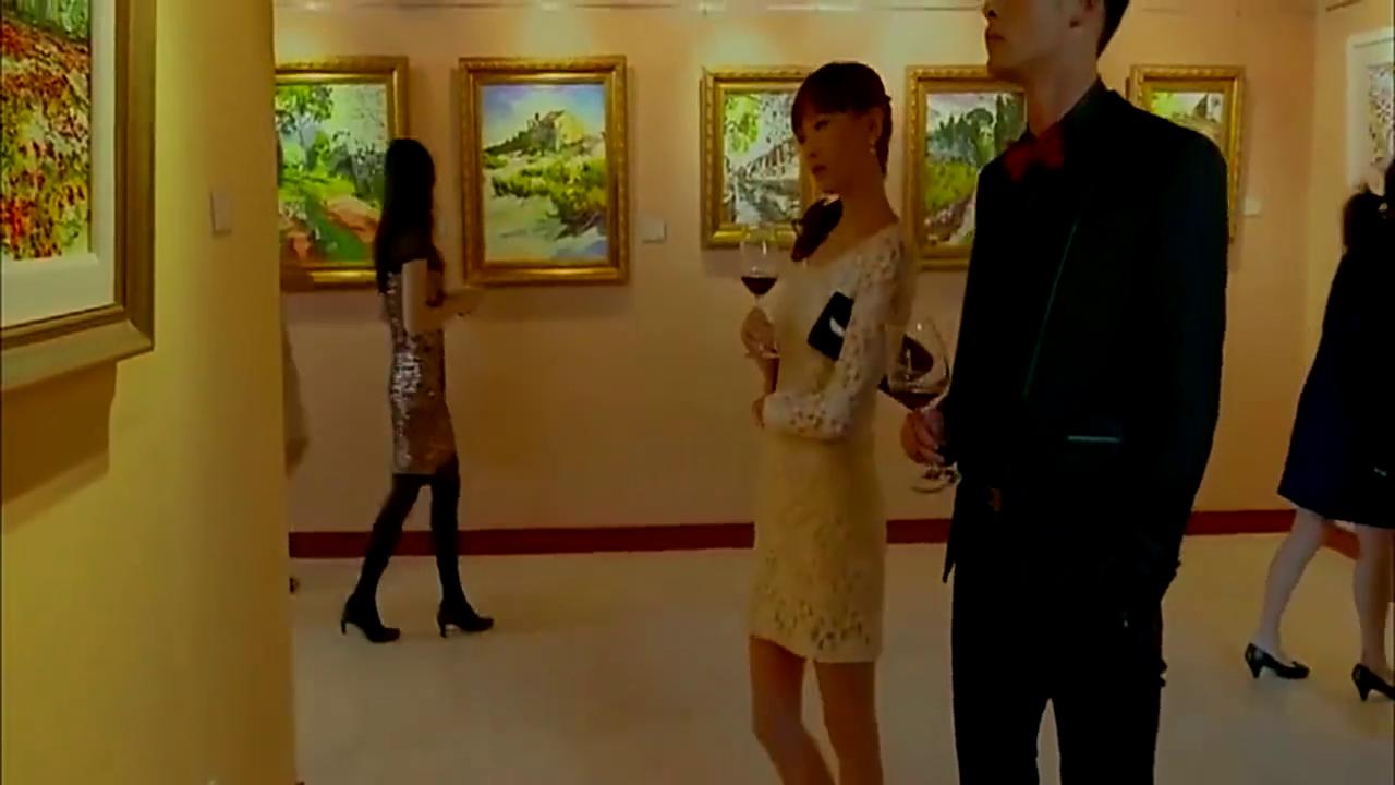 美女陪富豪看画展,被老板娘看出穿缝补过的香奈儿,顿时想要离开