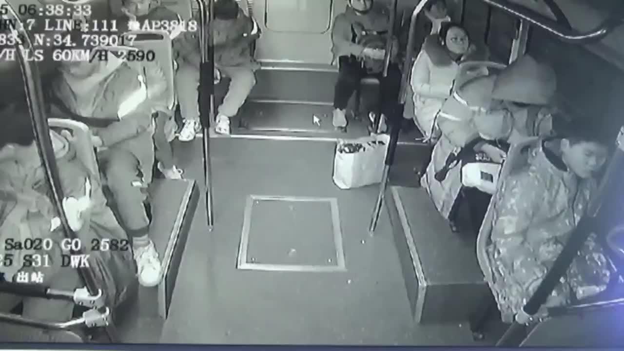 郑州一女士乘公交汤饭洒一地担心滑倒别人坚持把地面清理干净