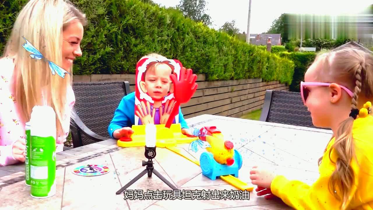兄妹俩和妈妈玩游戏,脸上都是奶油,小萌娃的表情太可爱!
