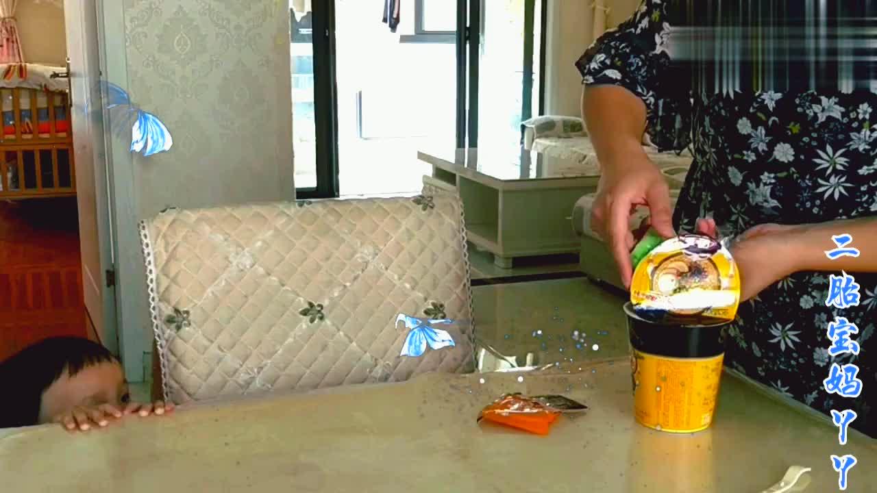 丫丫才想着吃一次,不料把一岁半小宝馋坏了,直接爬到餐桌上!
