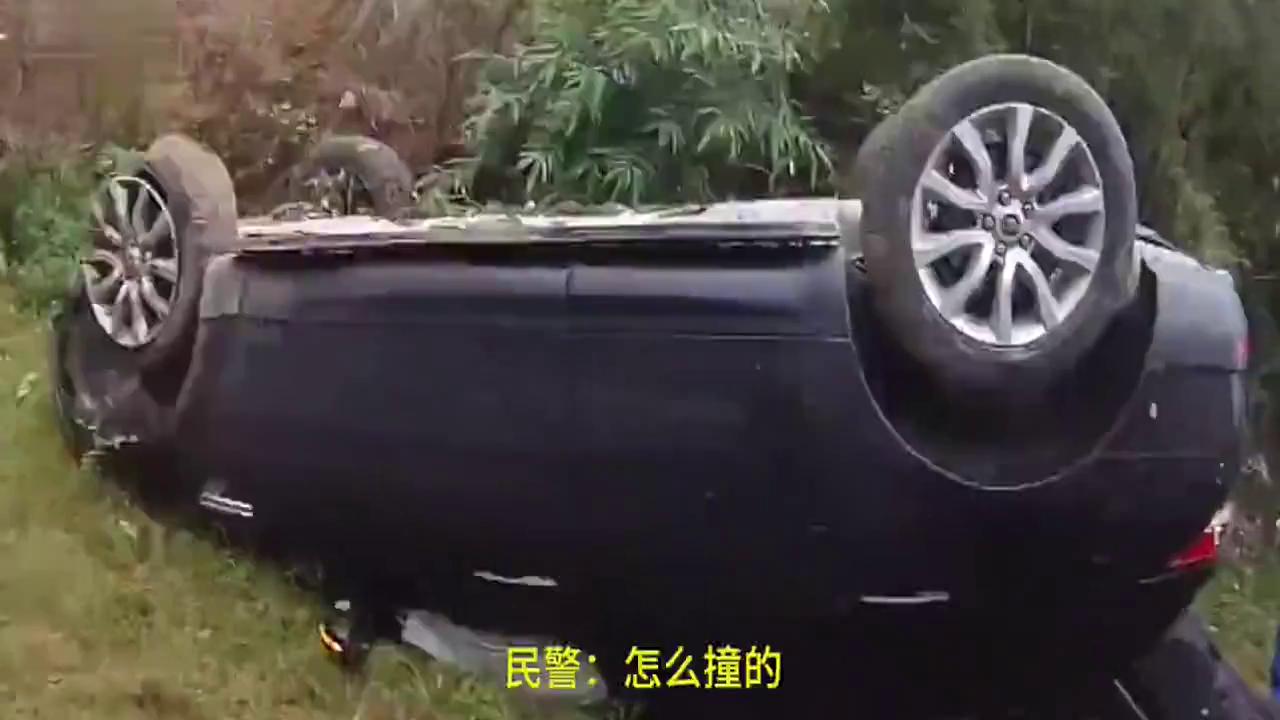 汽车在高速上行驶突然爆胎,失控开向草地,草地上刹不住车惨翻车