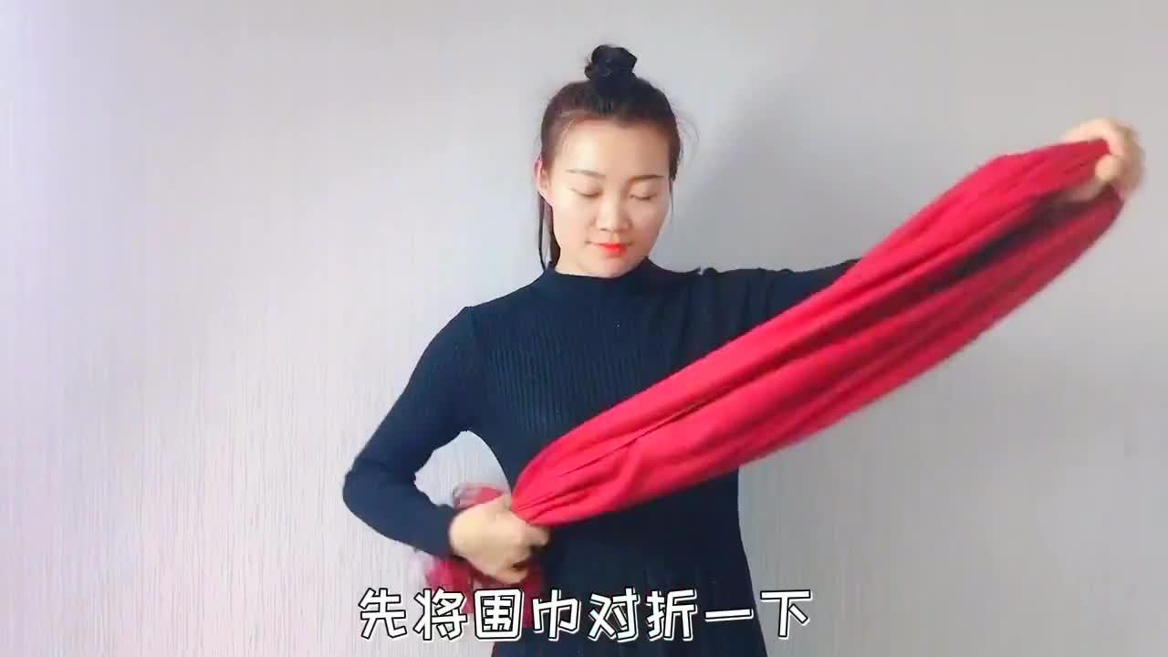 红色羊绒围巾还能这样系,太显气质了,搭配黑色连衣裙高级极了