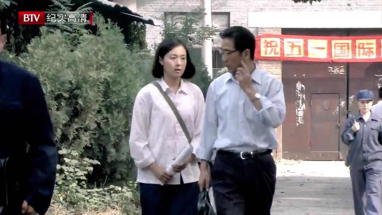 李天骄来员工宿舍找佟志参加联欢会,佟志和大庄正喝酒呢