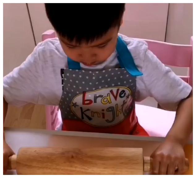 陈豪一家享亲子乐度过情人节 陈茵媺与子女制作爱心曲奇和蛋糕等