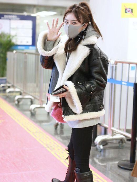 秦岚太少女了,一身潮装搭配八字刘海甜美可爱,瞬间减龄10岁图片