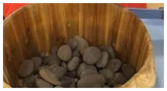 领导请吃饭,服务员端上一桶石头,集体傻眼,这吃法还是第一次见