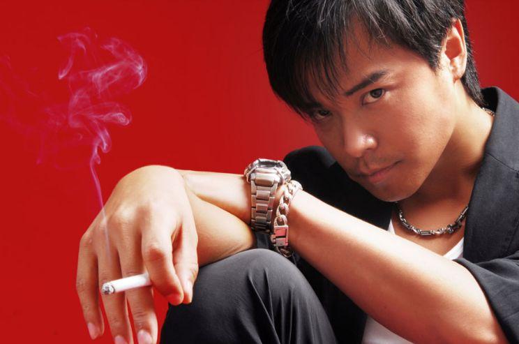 """叼烟的人很迷人,可以风情万种姿态万千,但是觉非一种""""时尚"""""""