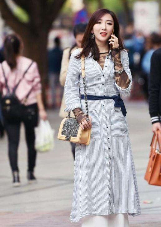 街拍:图1高挑美女身穿条纹衬衫连衣裙,优雅文静气质很迷人