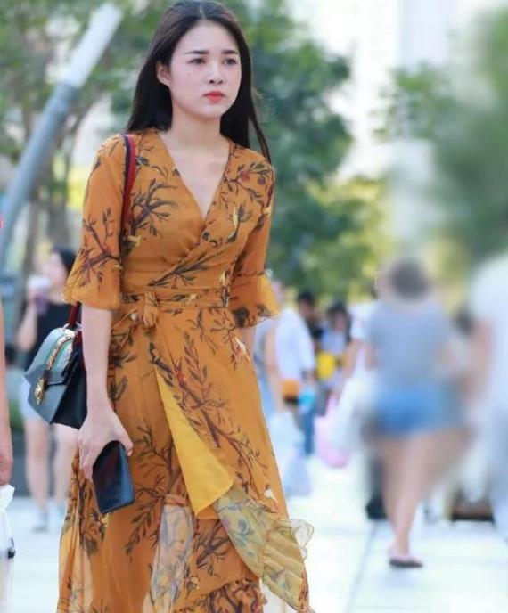 街拍:香娇玉嫩的小姐姐,一条橘黄色的连衣裙,时尚优雅气质迷人