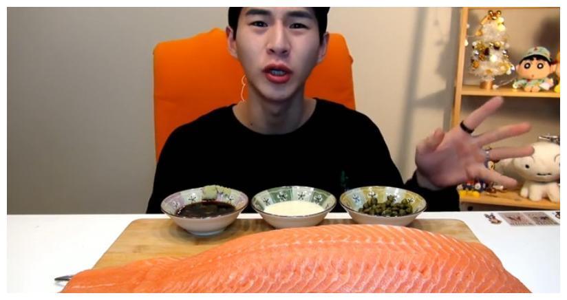 """大胃王挑战50斤""""三文鱼"""",切一刀看出猫腻,网友:难怪吃不胖!"""