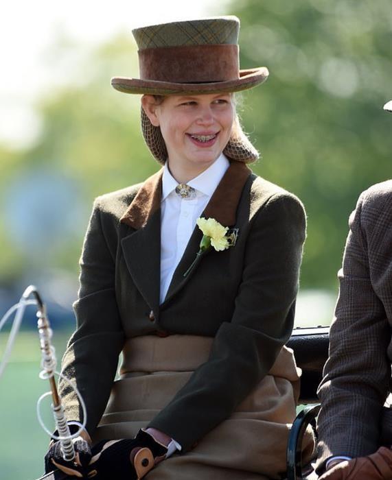 同样是英国女王孙女,两人生活方式完全不同,路易斯戴钢牙秀马技