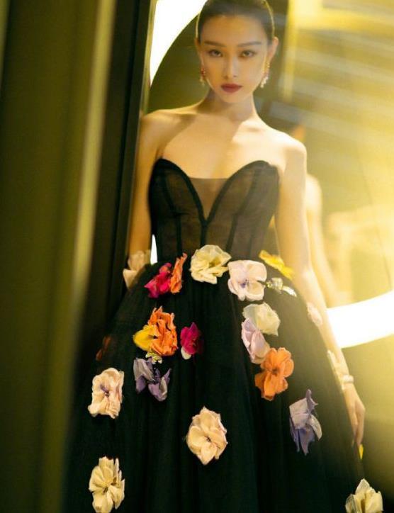 有一种高级感叫倪妮!穿抹胸花朵裙又飒又媚,她不夺目谁夺目!