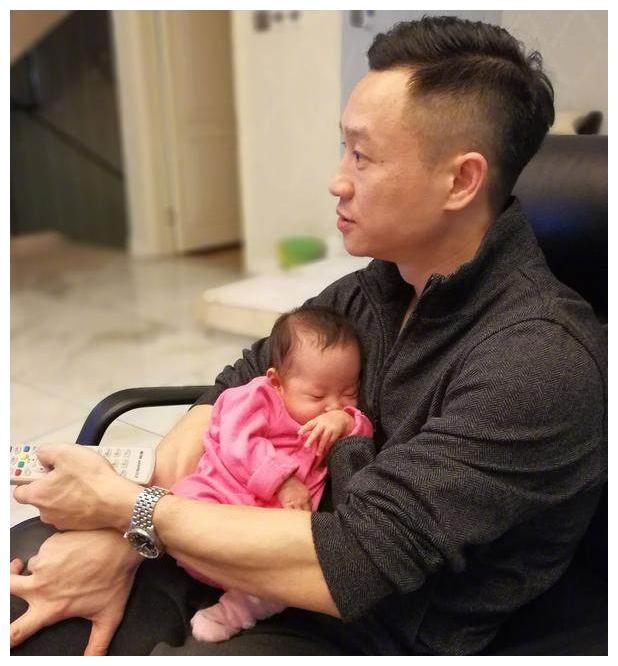 杨威女儿近照酷似假小子,网友却喊话杨云:好好抱孩子!