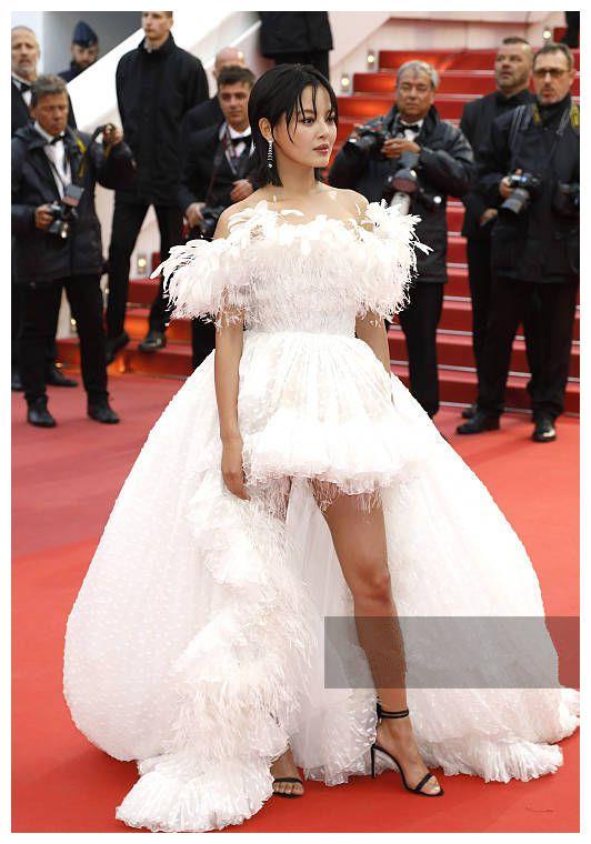 戛纳红毯关晓彤终于美成公主,而辛芷蕾却穿成了网红!