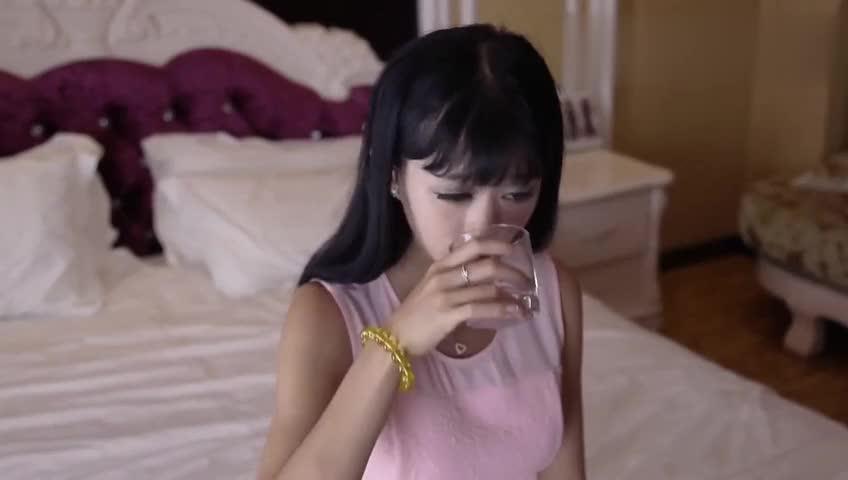 姑娘喝下一杯水惹下灾难