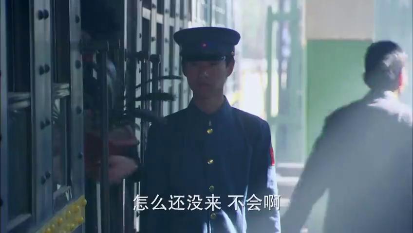 年迈的溥仪终于出狱,回到北京旧址,竟还有老臣给他下跪!