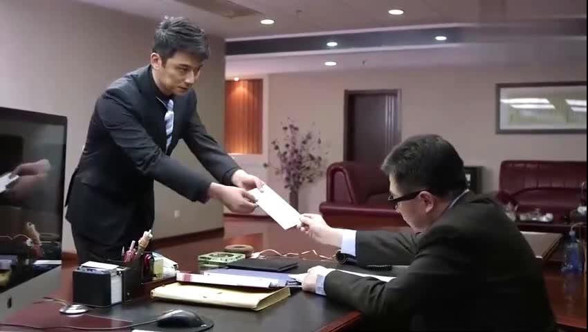 帅哥机智保护老板一个人打四个老板立马就给他升职