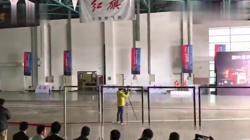 视频:红旗H7对撞解放JH6货车轿车撞大货车到底哪个最厉害~~~