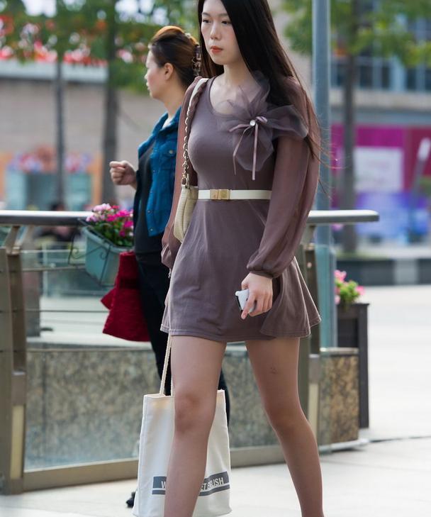 路人街拍:紫色连衣裙配黑丝高跟鞋,女神来了!