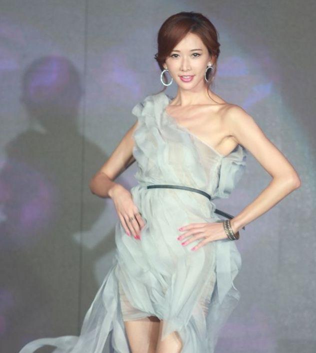林志玲薄纱裙走秀,身材火辣,肤如凝脂大秀美腿