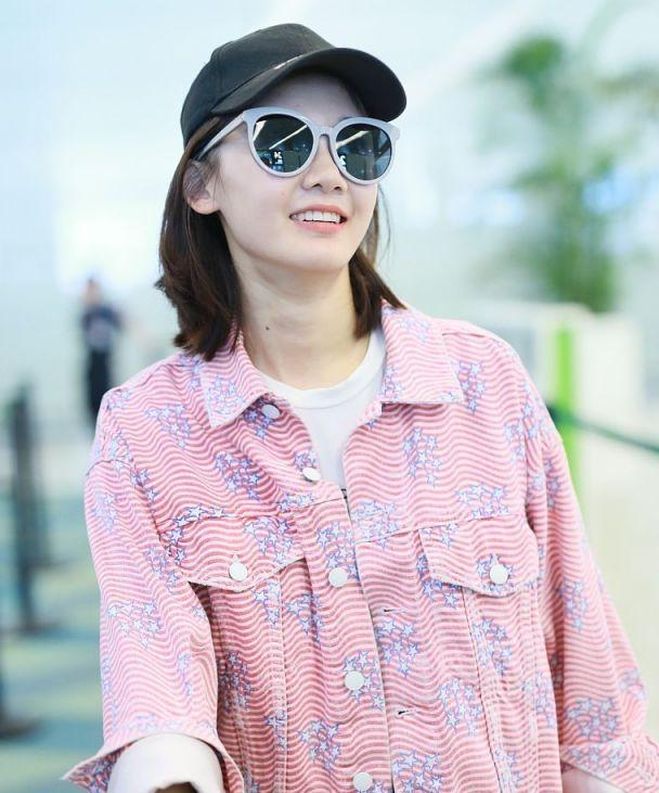 芳华女主角苗苗现身,穿白色T恤粉色星星夹克,走粉嫩休闲风