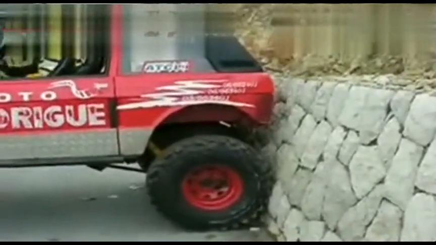 视频:短轴距路虎揽胜倒车上80度围墙这货目测应该是个玩车老司机!