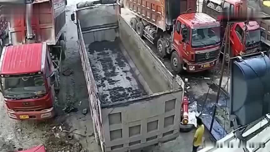 男子在修车厂不幸身亡,要不是监控老板不敢相信