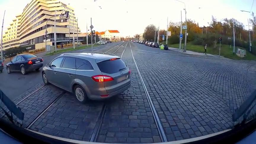 有轨电车视角,一路上好多行人汽车挡道