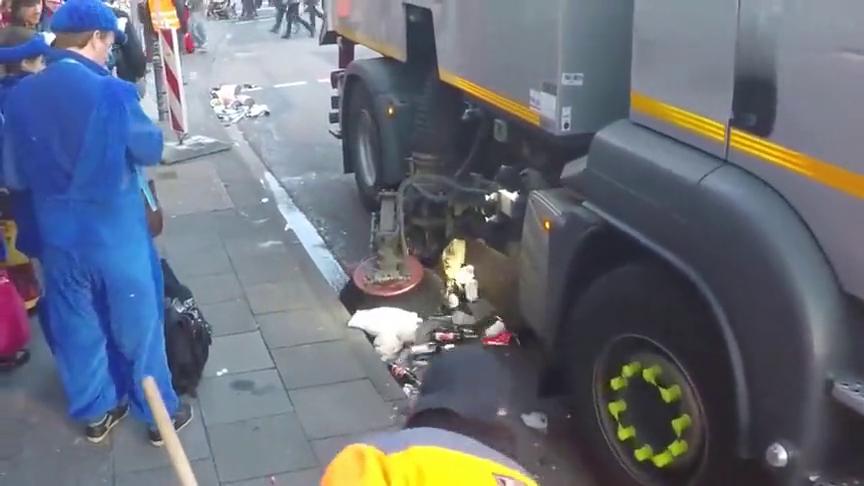 国外用这扫地车扫大街,机器比人干得多