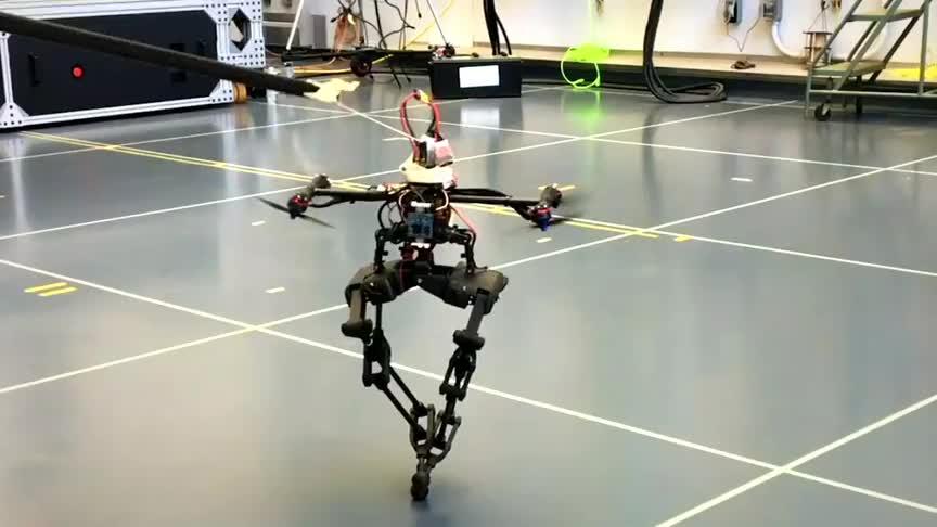 加州理工学院开发出来的机器人无人机般的螺旋桨让它平衡行走