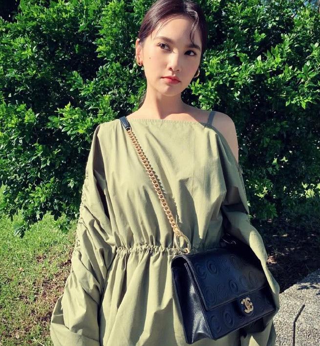 35岁杨丞琳装扮清纯,绿色袖配马尾辫很清新,背黑色方包很时髦