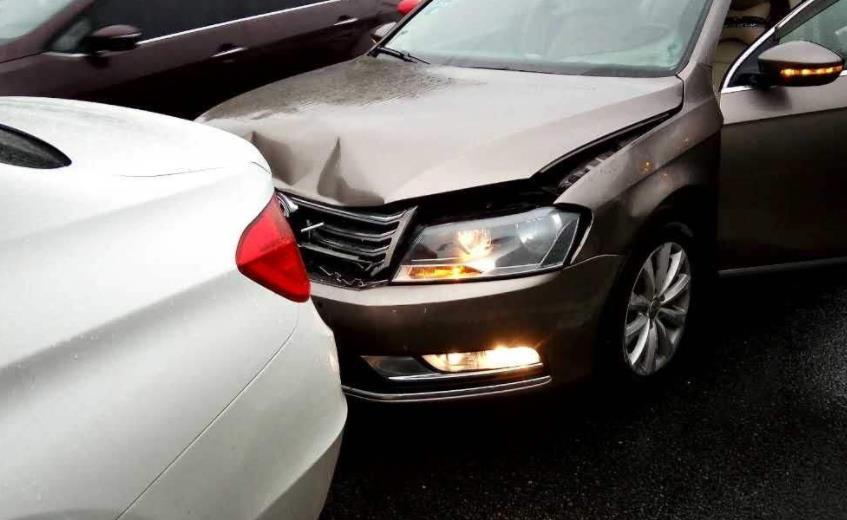 驾驶证未过实习期上高速,前车违法变道发生追尾事故,谁负全责?