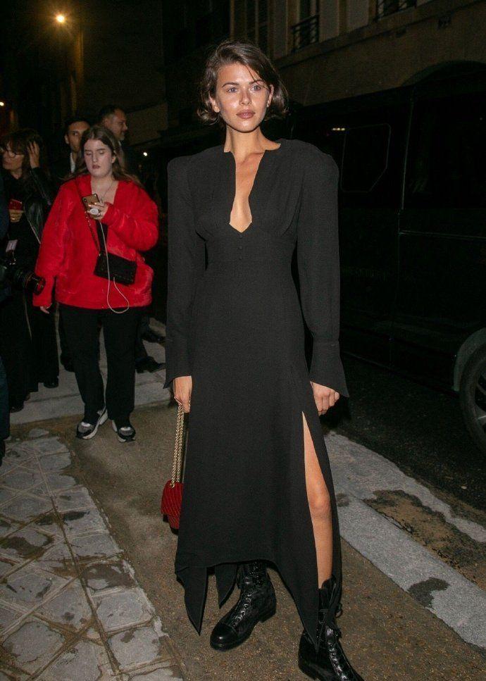 乔治娅-福勒身穿黑色深V领,搭配黑色马丁靴,尽显霸气