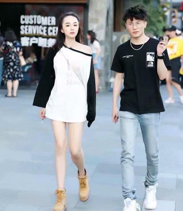 街拍:黑色紧身裤搭配白色短袖,气质出众,看完你们心动了吗?