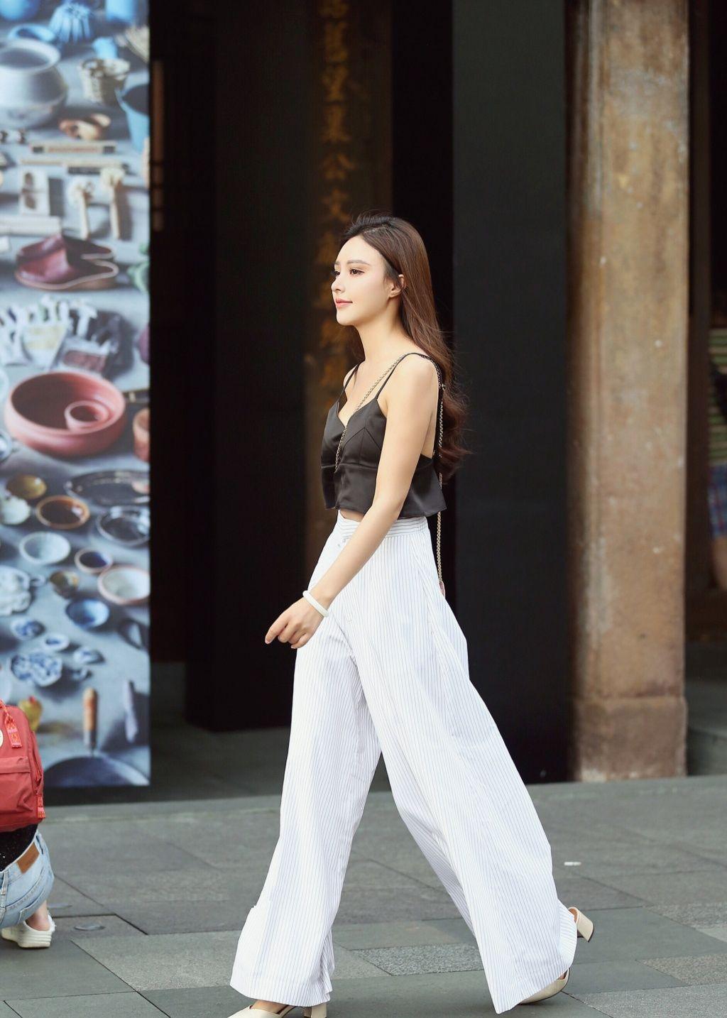 图1美女紧跟潮流,一件白色阔腿裤现身街头,长腿逆天令人惊叹