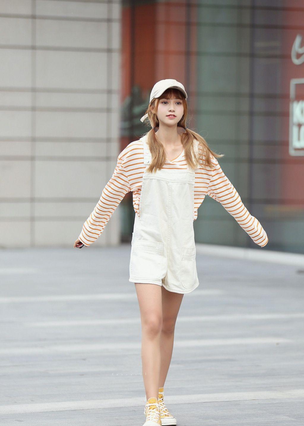 简单一点的装扮也是减龄的小妙招,美女现在的潮流就是简约范!
