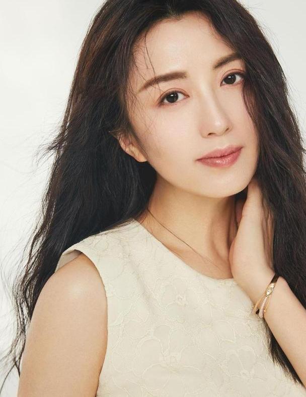 44岁杨童舒穿白色西装笑容甜美,美得就像18岁,时光不负美人颜