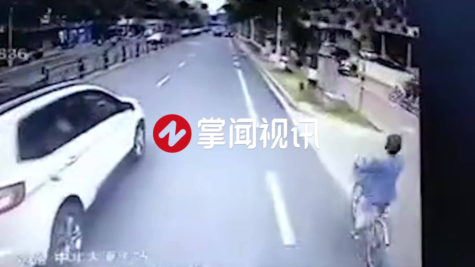 越野车街头疯狂别车!公交车急避让冲上绿化带撞倒树剐翻人