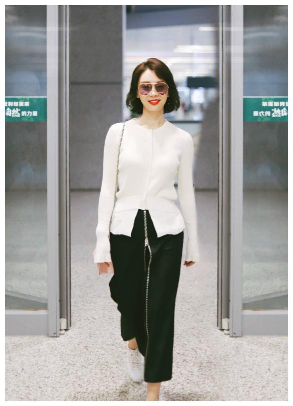 陈数现身上海虹桥机场,白色针织开衫搭配黑色裙子