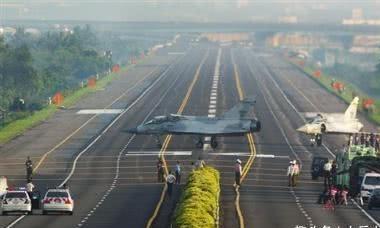 中国高速公路有多厉害?摇身一变成跑道,可起降歼-20战斗机