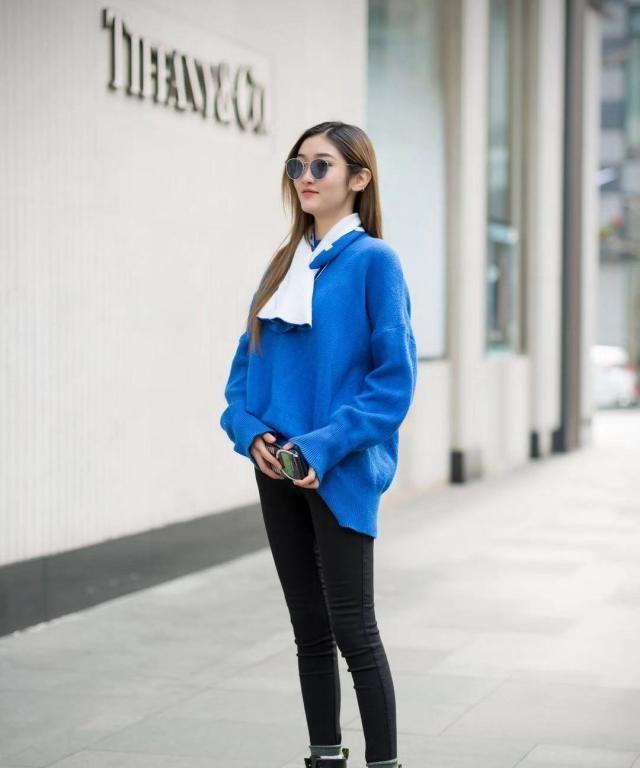 街拍:小姐姐蓝色宽松上衣搭配黑色紧身裤,马丁靴休闲时尚
