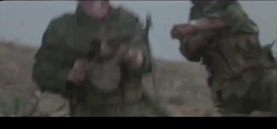 阴险越军躲在山洞偷袭,我军连长中弹牺牲,胆小的指导员奋起反击