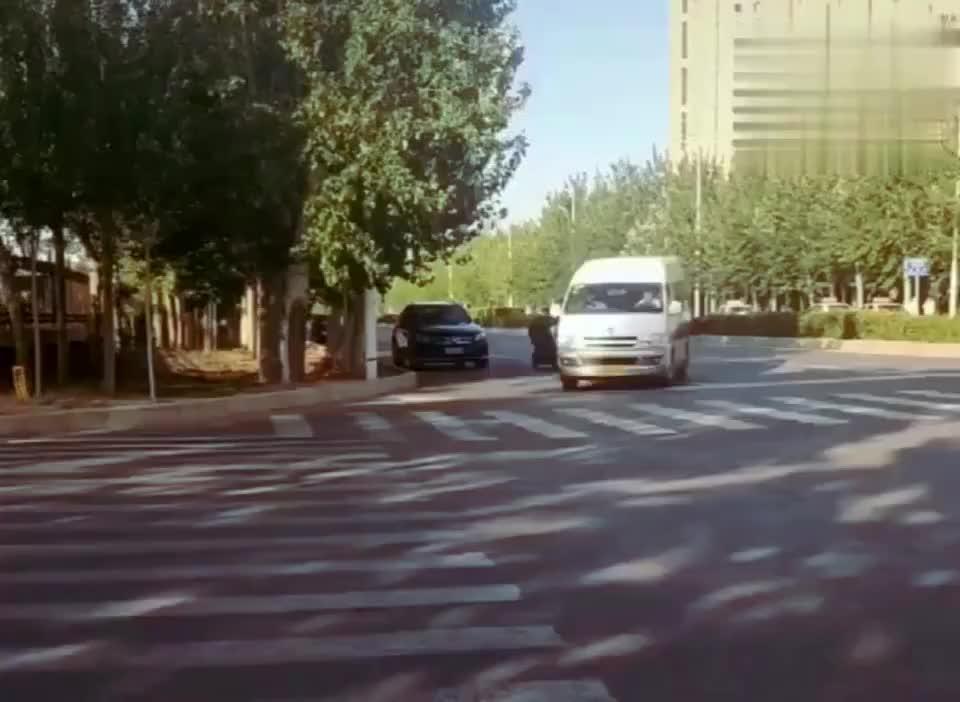 坐这发现个问题同样是右拐驾校车转的就不一样老司机给说说