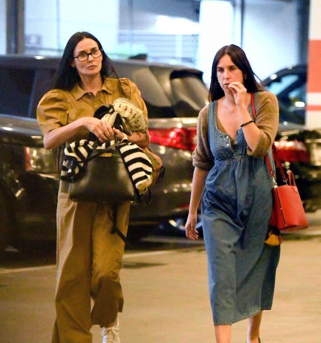2019年10月14日黛米·摩尔被拍到和女儿斯科特·威利斯洛杉矶逛