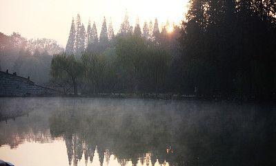 江苏扬州:瘦西湖晨雾缭绕 宛如仙境